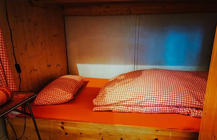 Breites-Bett-in-Hütte