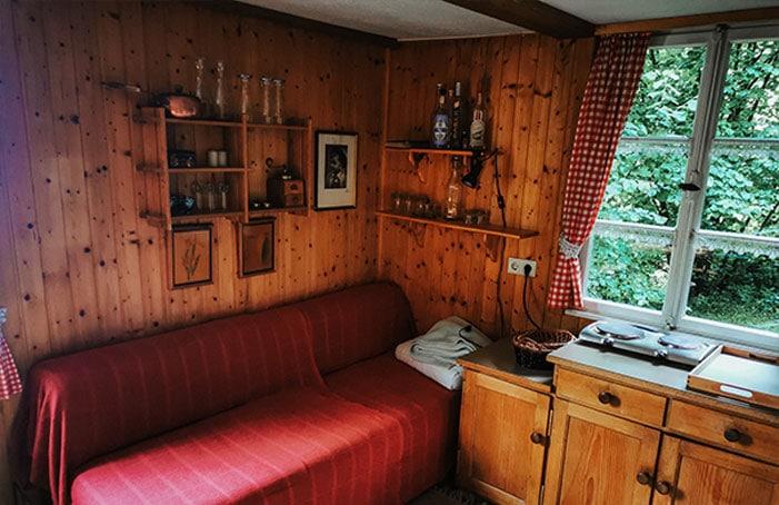 Couch-in-der-Hütte-zum-Waldrand