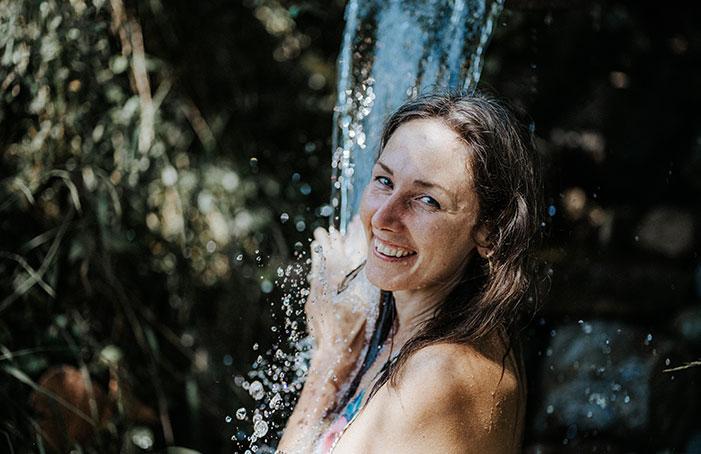 Lisa-unter-der-Naturdusche